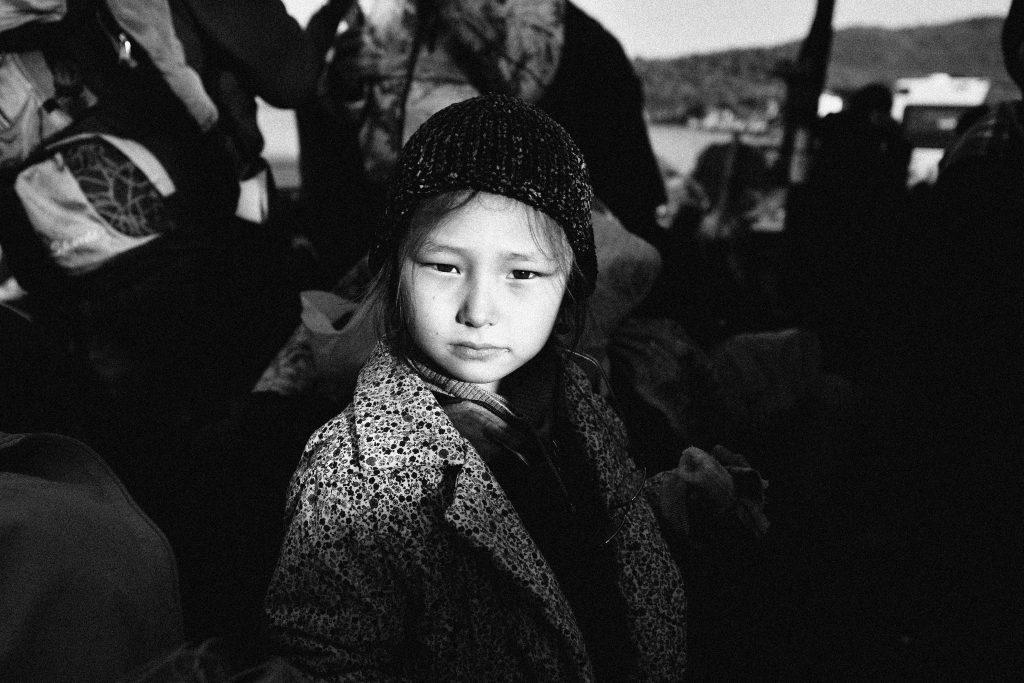 Πορτρέτο ενός μικρού κοριτσιού από το Αφγανιστάν στο κέντρο Πλάτανος, Λέσβος, Νοέμβριος 2015. ©Χλόη Κριθαρά – Davienne