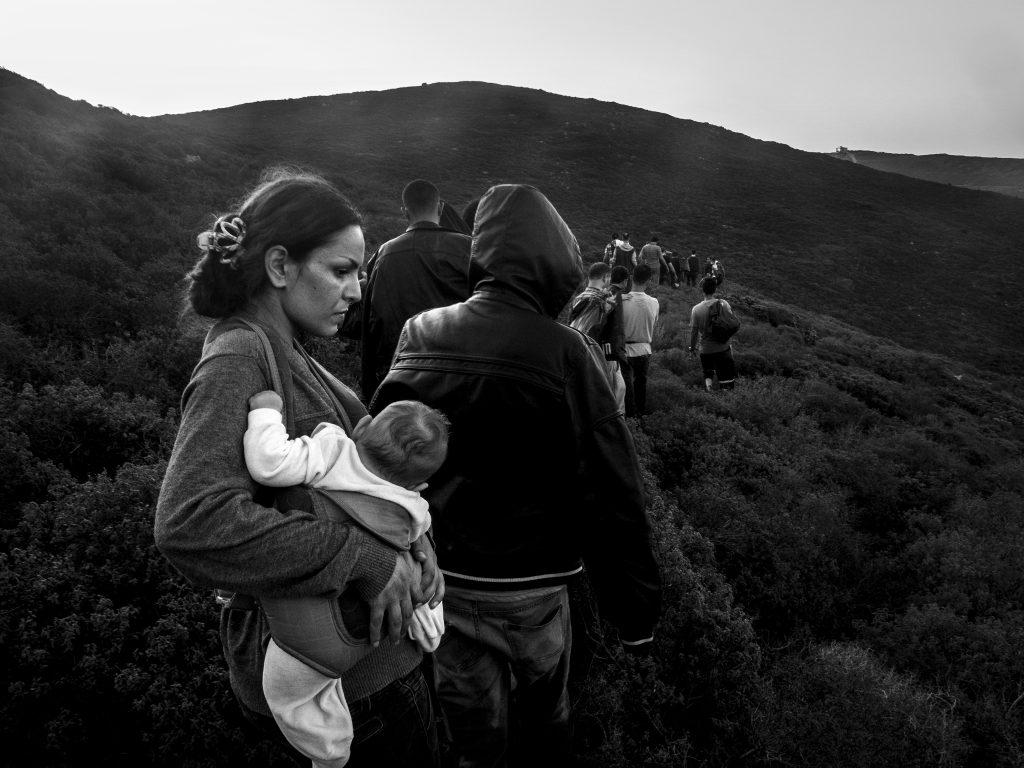 Σύρια μητέρα κρατά το 4 μηνών μωρό της καθώς φθάνει στις Οινούσσες, Σεπτέμβριος 2015. ©Enri Canaj