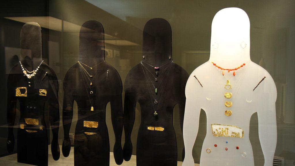 Λεπτομέρεια από προθήκη της Αίθουσας Γ, η οποία είναι αφιερωμένη στις νεκροπόλεις, με τα ευρήματα του Τάφου Μ (πριν από τα μέσα του 7ου αι. π.Χ.) από την νεκρόπολη της Ορθής Πέτρας, γνωστού ως τάφος με τις «αριστοκράτισσες- ιέρειες».