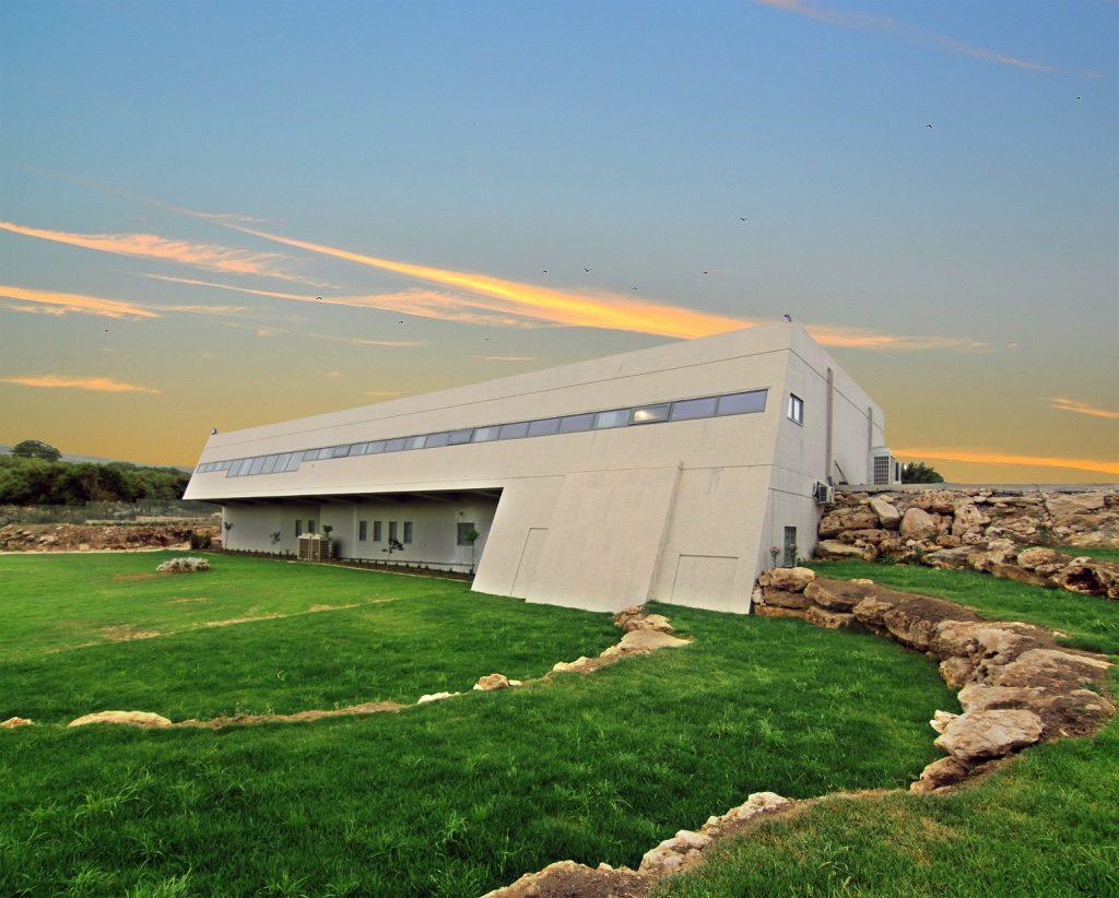 Το Μουσείο της αρχαίας Ελεύθερνας, από νότια. Διακρίνεται το φυσικά διαμορφωμένο υπαίθριο θεατράκι.