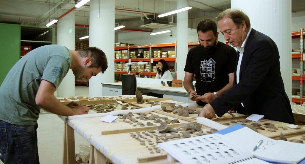 Άποψη από τις σύγχρονες αποθήκες και εργαστήρια του Μουσείου της αρχαίας Ελεύθερνας. Ο καθηγητής Ν. Χρ. Σταμπολίδης με τους μαθητές/συνεργάτες αρχαιολόγους.