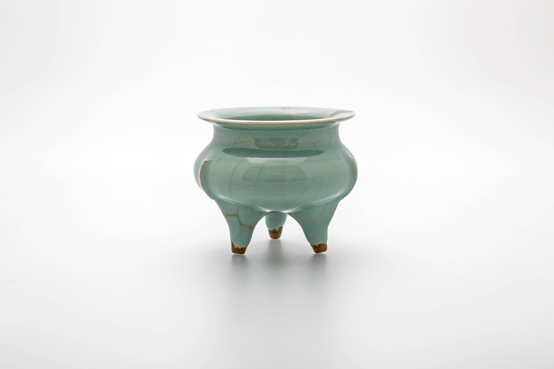 Τριποδικό θυμιατό Εφυαλωμένη λιθοκέραμος (κεραμική Λοντσουάν), αποκατεστημένο στην Ιαπωνία με χρυσή λάκκα Τζετσιάνγκ, Λοντσουάν. Σονγκ του Νότου, 13ος αι. Φωτ.: Βασίλης Τσώνης