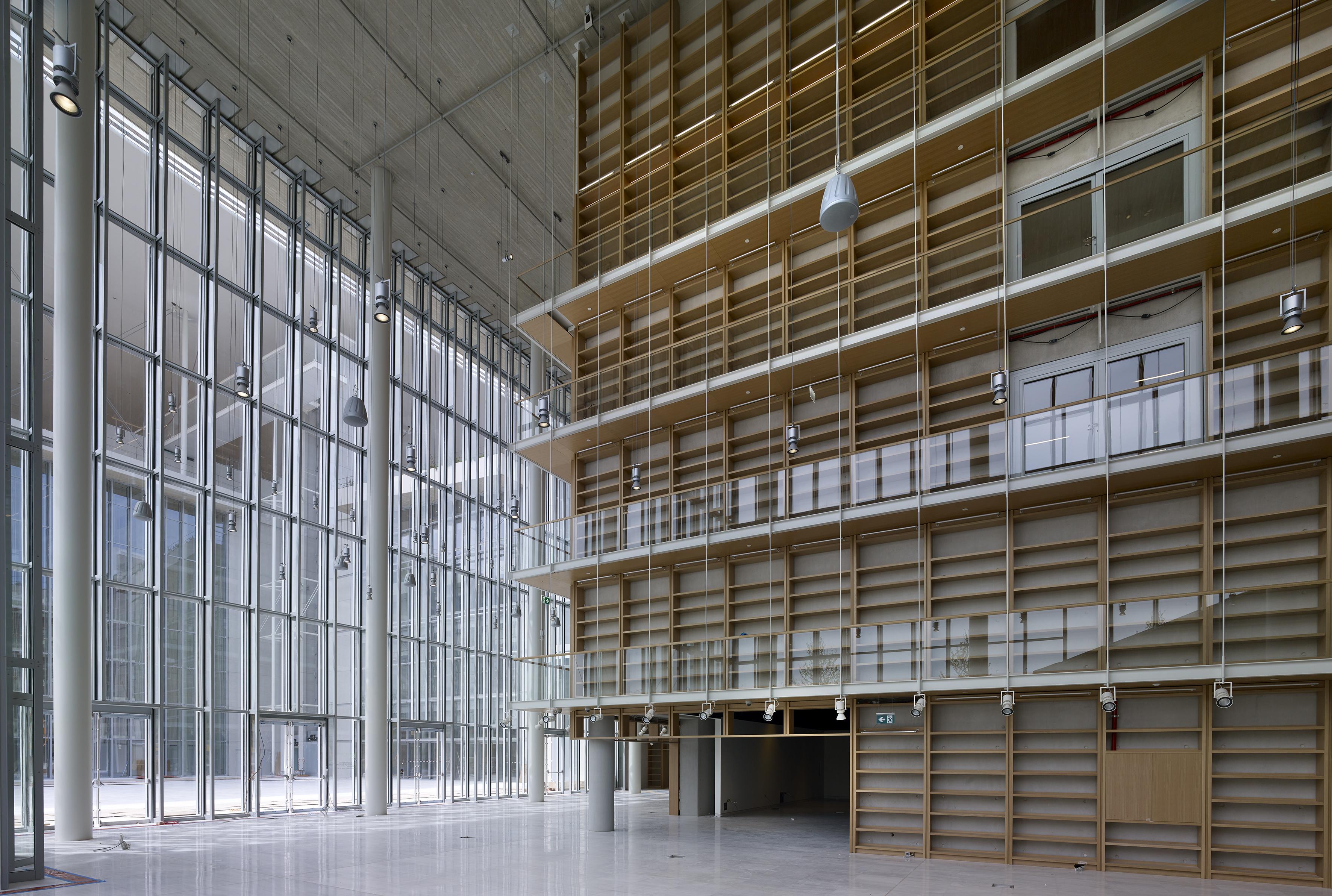 Ο Πύργος των Βιβλίων. Ο κεντρικός χώρος του κτιρίου της ΕΒΕ.