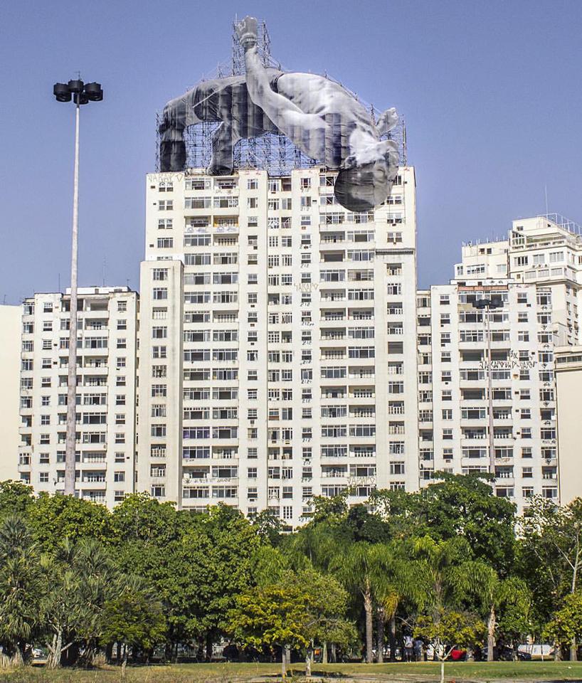 JR-high-jump-flying-rio-de-janeiro-brazil-art-installation-designboom-01