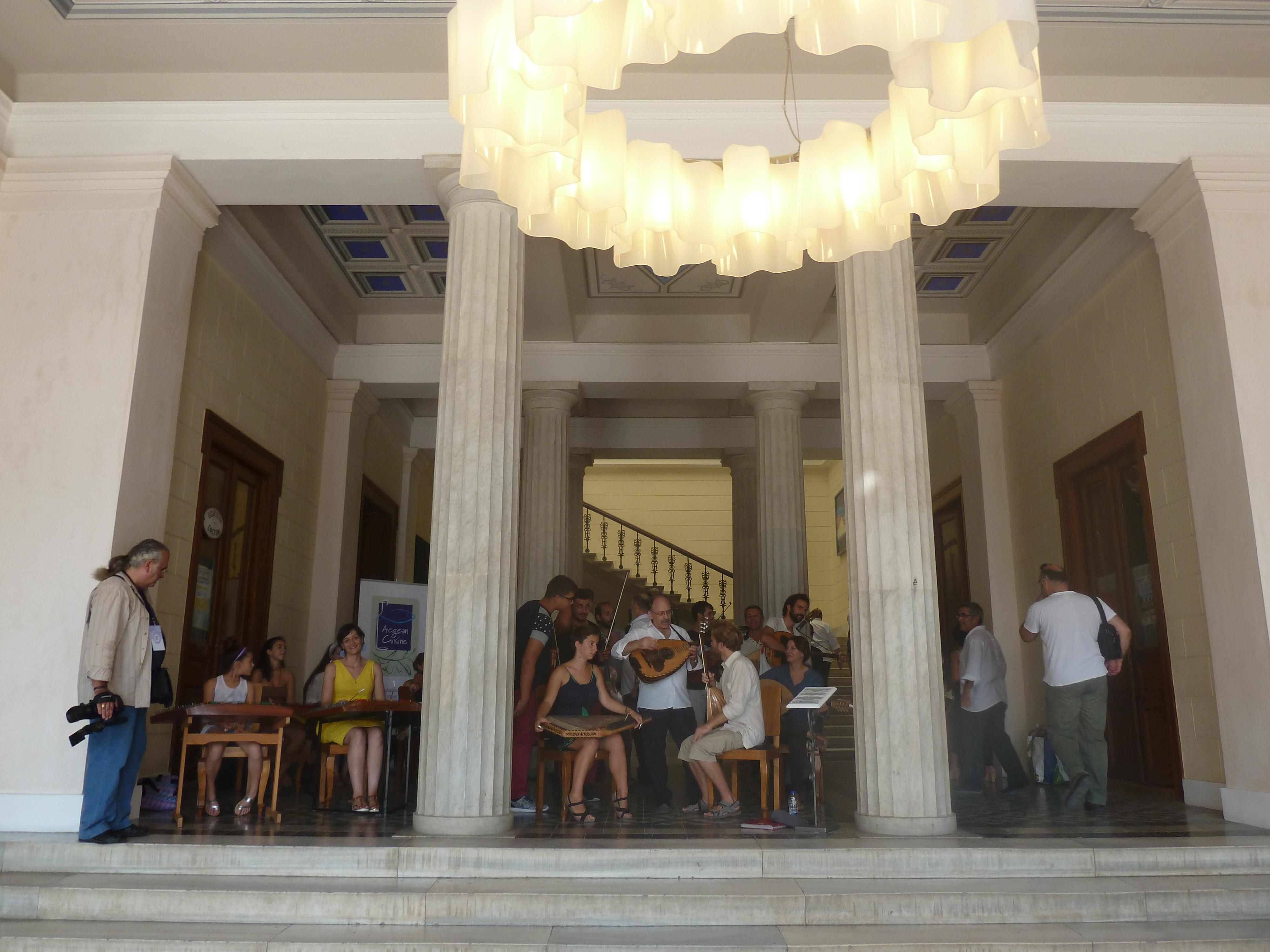 Στο Δημαρχείο Σύρου με υποδοχή παραδοσιακής μουσικής