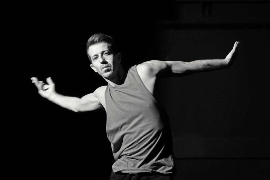 Ο Αντώνης Φωνιαδάκης στην πρόβα της παράστασης «Γαλαξίας»