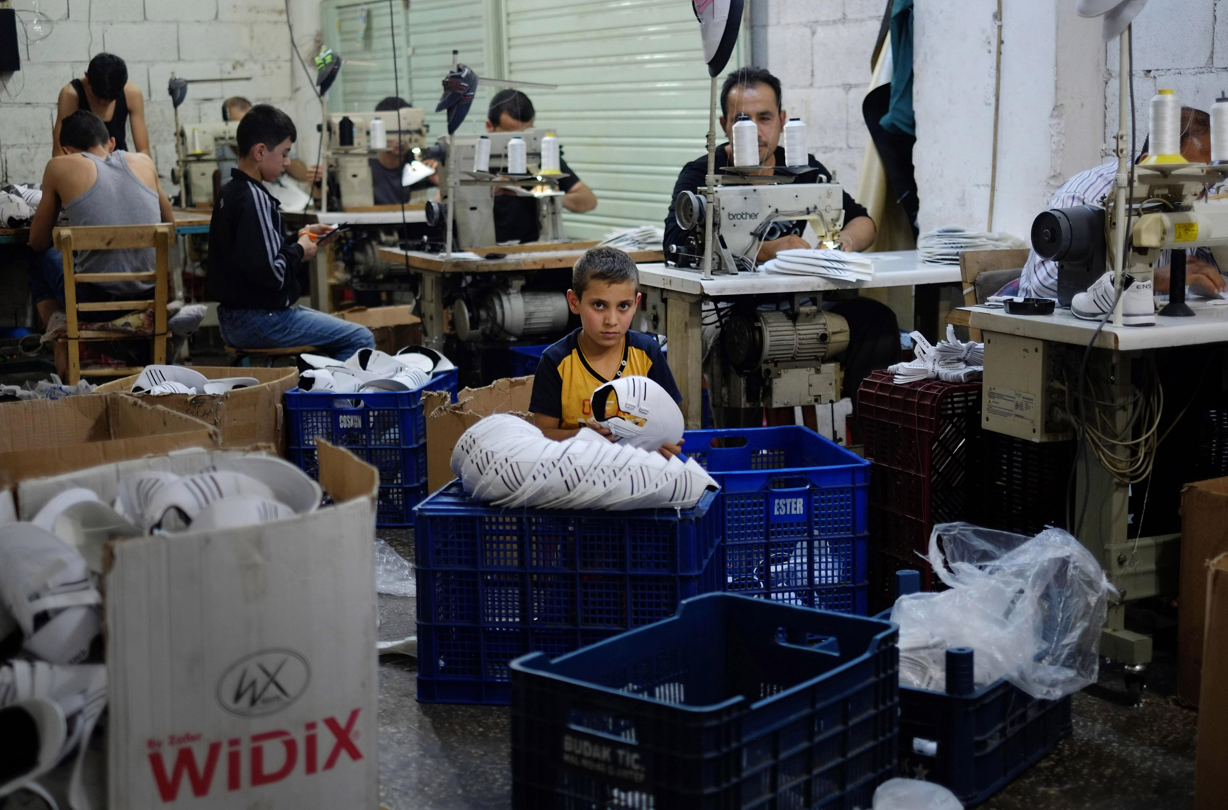 Ο οκτάχρονος Μουσταφά, προσφυγόπουλο από τη Συρία, δουλεύει σε βιοτεχνία υποδημάτων στο Gaziantep, ΝΑ Τουρκία, © Λευτέρης Πιταράκης/Associated Press