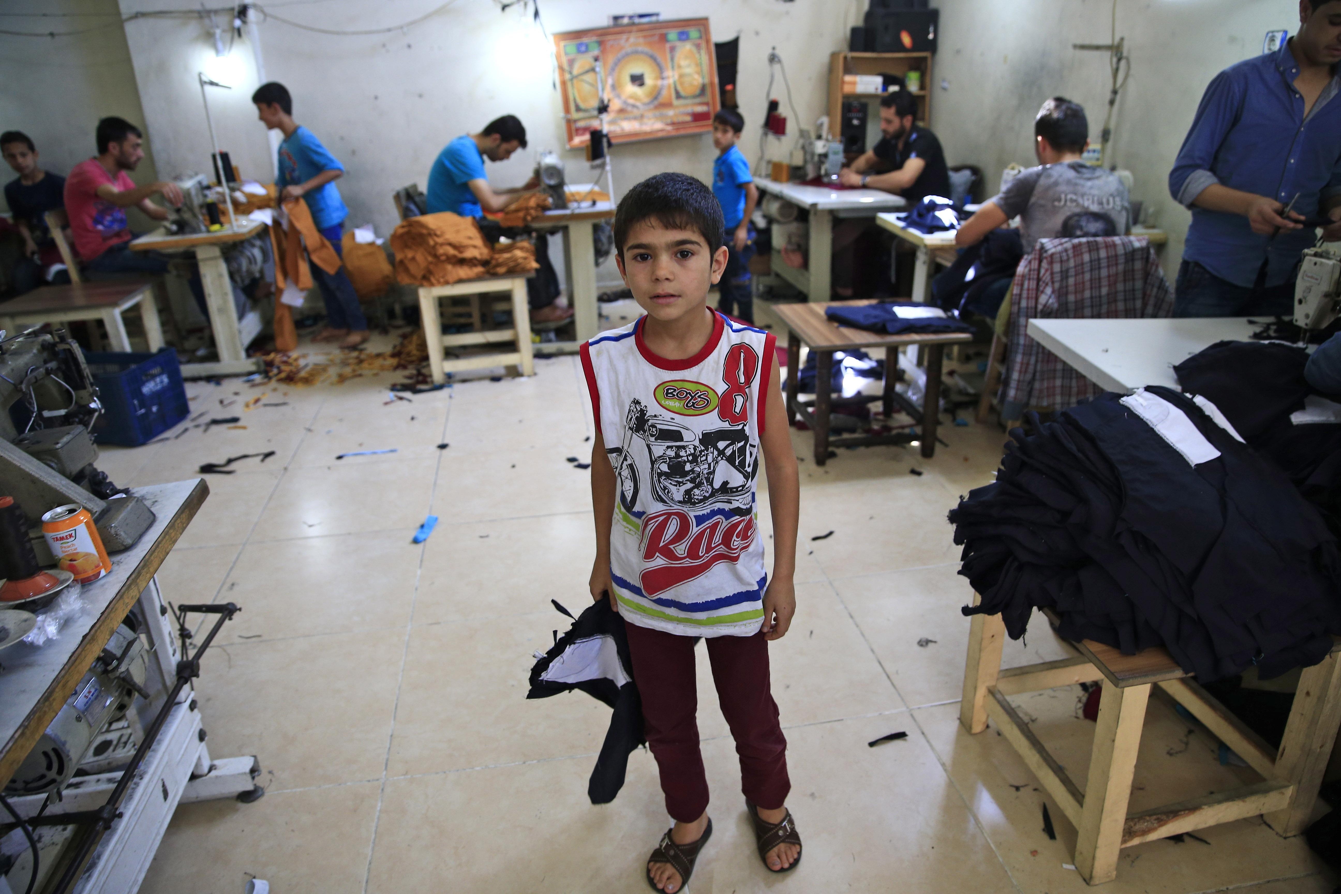 Προσφυγόπουλο από τη Συρία - Aleppo δουλεύει σε βιοτεχνία ενδυμάτων στο Gaziantep, ΝΑ Τουρκία,© Λευτέρης Πιταράκης/Associated Press