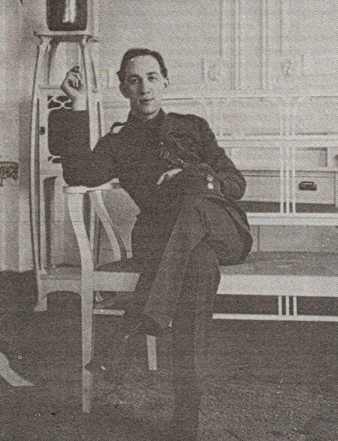 Ο Ναπολέων Λαπαθιώτης με τη στολή του έφεδρου ανθυπολοχαγού (Συλλογή Κ. Καζάζη)