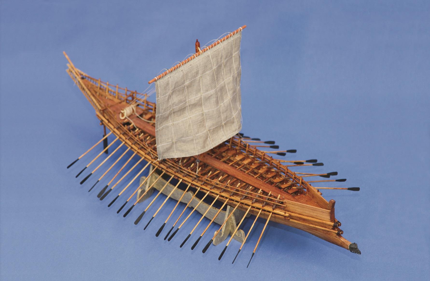 Αργώ: σύμφωνα με το μύθο, ένα τέτοιου τύπου μακρύ πλοίο μετέφερε τον Ιάσωνα και τους συντρόφους του στη ριψοκίνδυνη εκστρατεία να βρουν το Χρυσόμαλλο Δέρας.