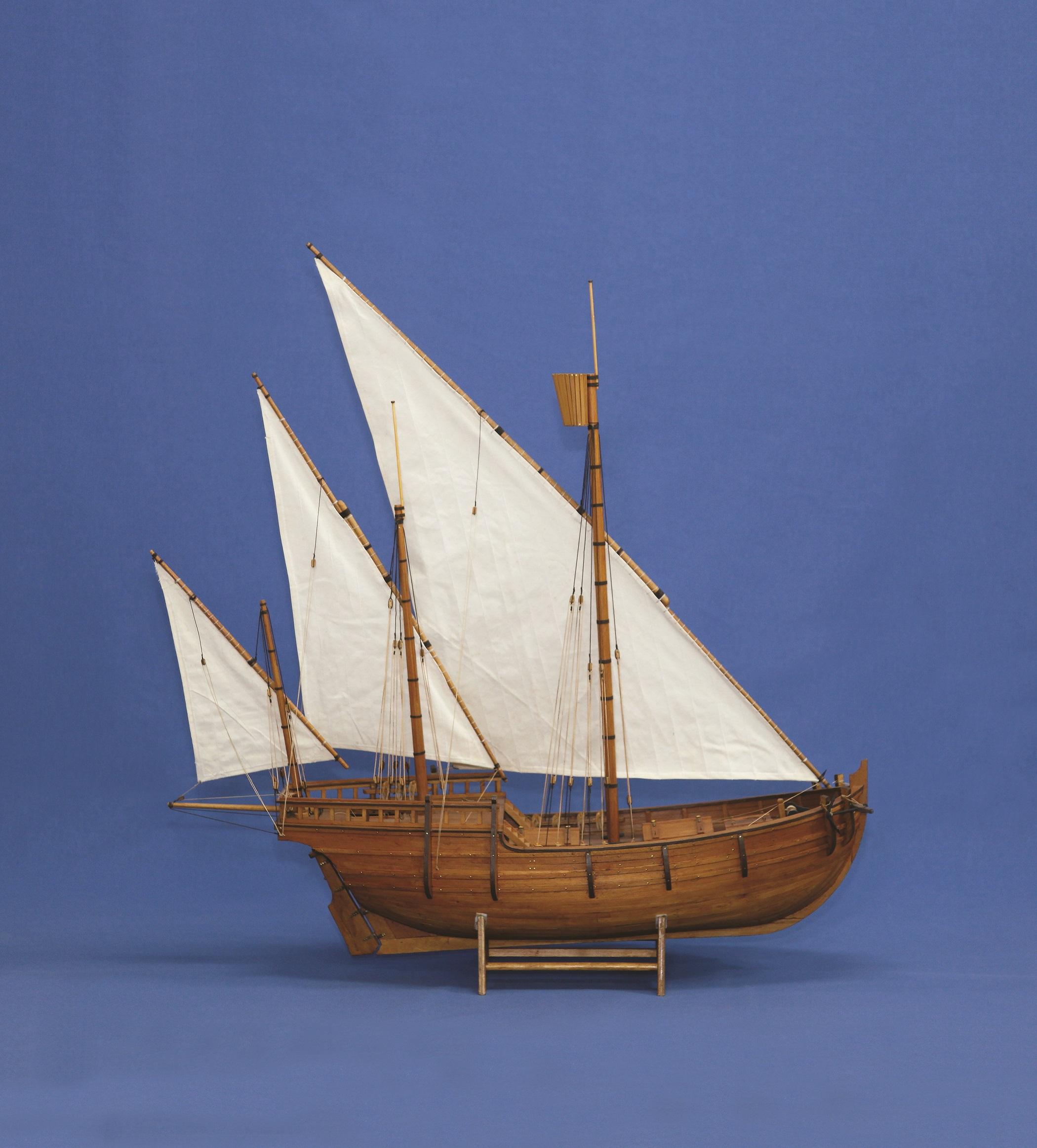 Κάραβος: Το κεντρικό μονό πρυμναίο πηδάλιο μαζί με τη νέα τεχνική ναυπήγησης «πρώτα ο σκελετός» έφερε επανάσταση στον σχεδιασμό των πλοίων. Το μοντέλο αναπαριστά βυζαντινό εμπορικό πλοίο με μονό πηδάλιο