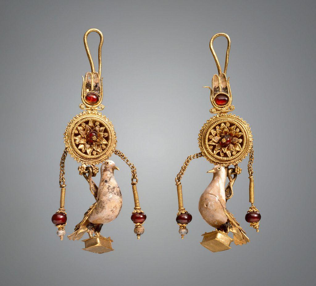 Ζεύγος ενωτίων με κρεμαστά περιστέρια. Μέσα του 2ου αι. π.Χ. Προέλευση: Ανακαλύφθηκε το 1879 σε ανασκαφές του Σ.Ι. Βερεμπριούσοφ