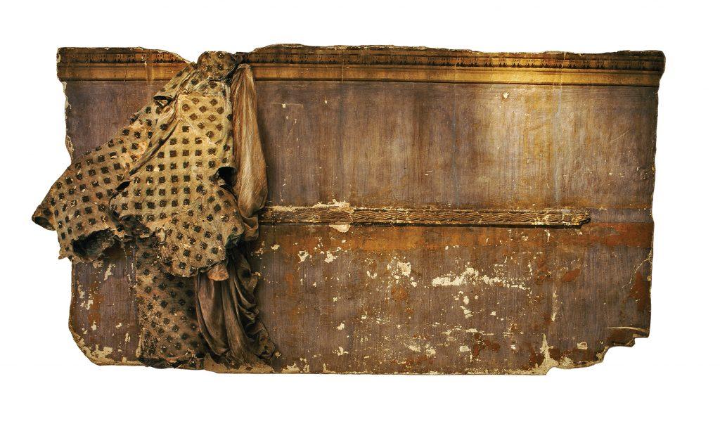 Ρένα Παπασπύρου (1938) Μαγικά δωμάτια, 1985 Aποτοιχισμένη επιφάνεια, πανί, παστέλ 200 x 370 x 25 εκ. Αγορά 2002 με επιχορήγηση του Υπουργείου Οικονομίας και Οικονομικών Εθνικό Μουσείο Σύγχρονης Τέχνης, Aρ. Εισ. 181/02