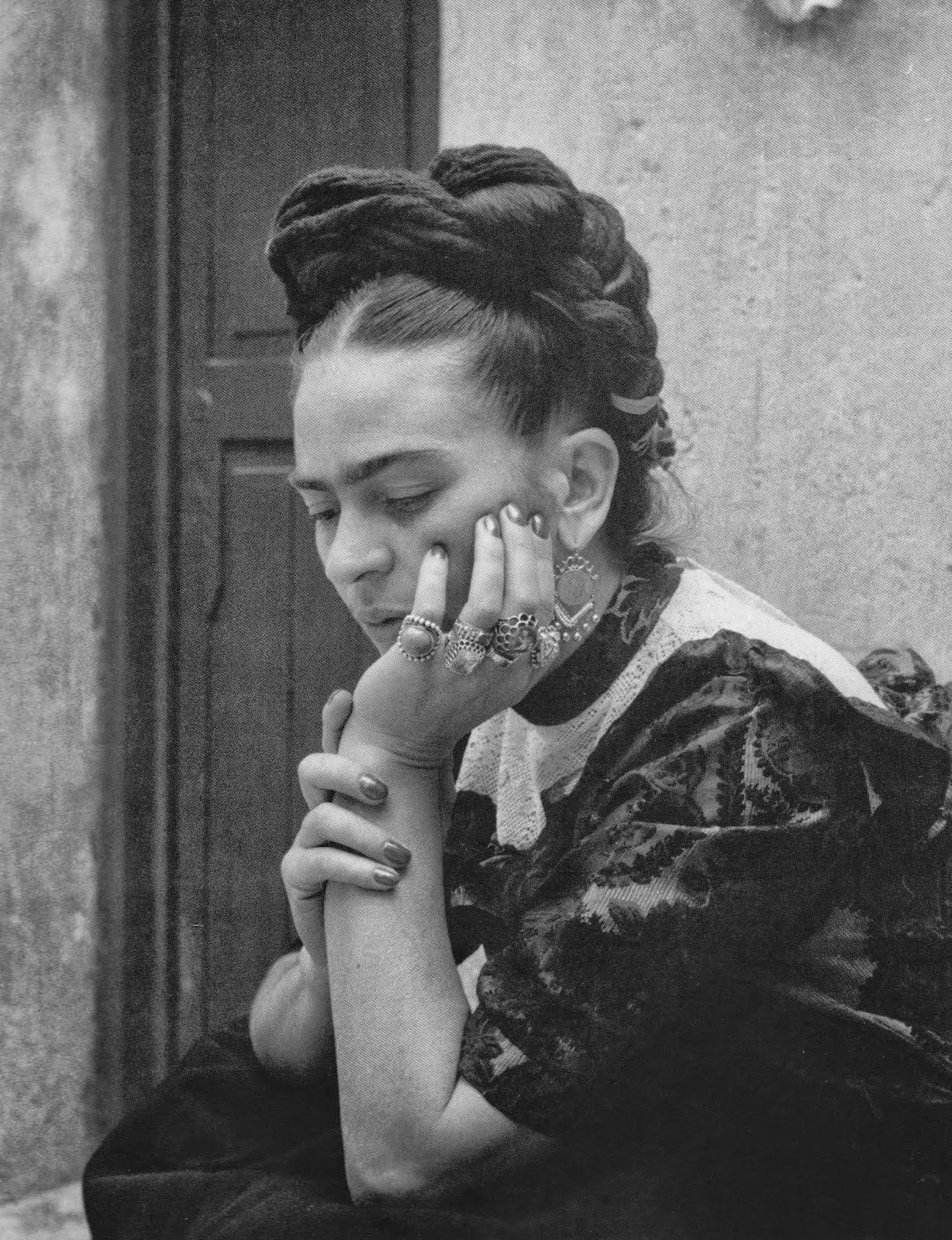 H Φρίντα Κάλο φωτογραφημένη από τη Λόλα Αλβάρεζ Μπράβο, 1944.