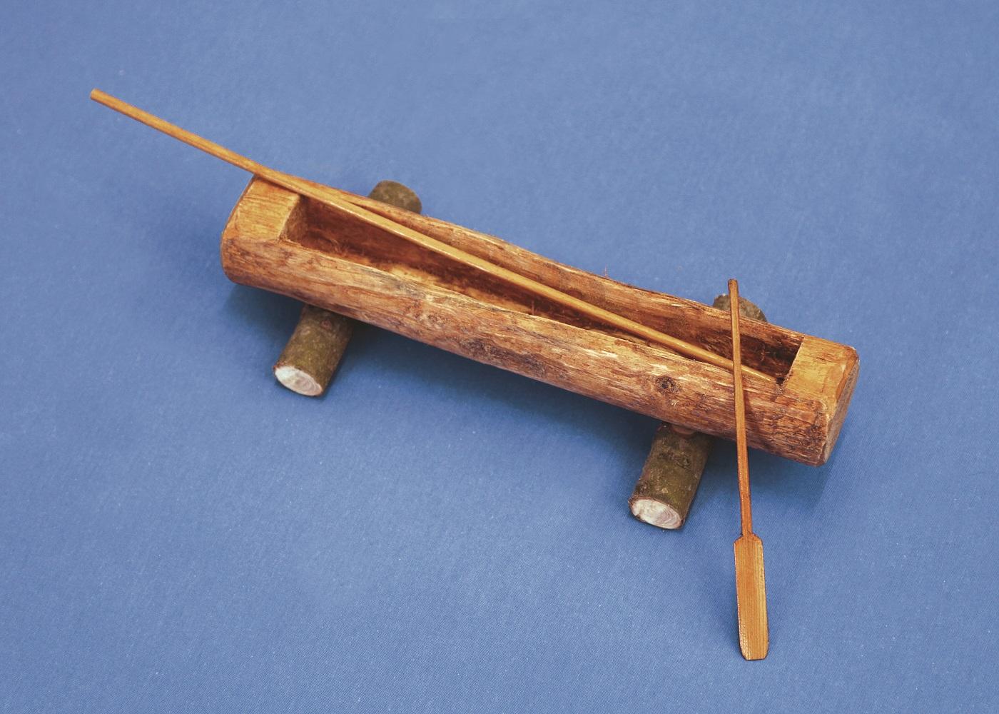 Το μονόξυλο ήταν ένας κορμός δέντρου, ο οποίος είχε καθαριστεί από τα κλαδιά. Η διάνοιξη της εσωτερικής κοιλότητας με τη χρήση λίθινου εργαλείου. Η πλεύση του εξασφαλιζόταν με πλατιά κουπιά.