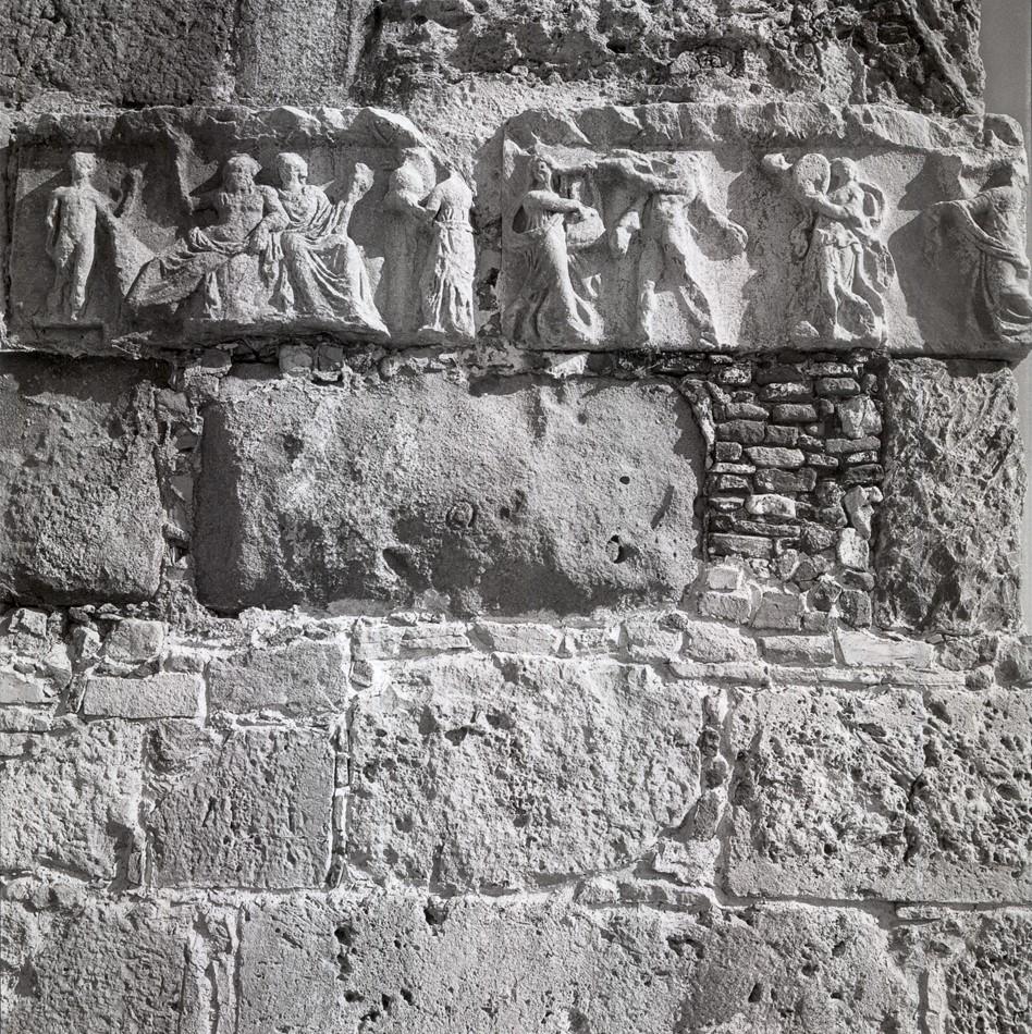 Κως 1954. Θραύσμα από αρχαίο γλυπτό ενταγμένο στην τοιχοποιία του Κάστρου των Ιωαννιτών Ιπποτών.