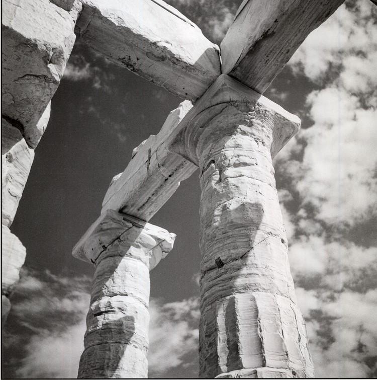 Σούνιο 1954. Λεπτομέρεια των κιόνων και των δοκών στον ναό του Ποσειδώνος.