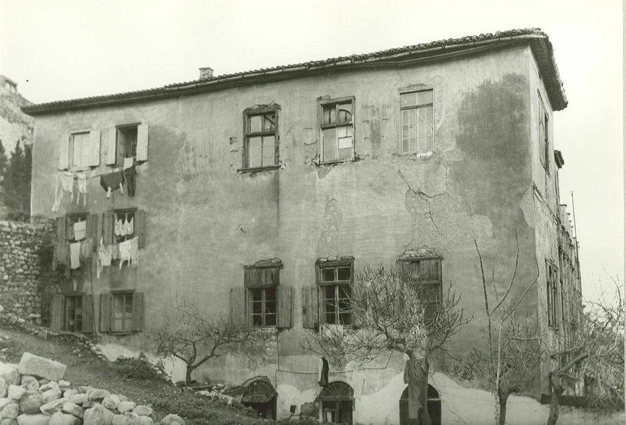Η ανατολική πλευρά του κτηρίου τη δεκαετία του 1960. Φωτ.: Κ. Μεγαλοκονόμος. Φωτογραφικό Αρχείο Μουσείου Ιστορίας Πανεπιστημίου Αθηνών.