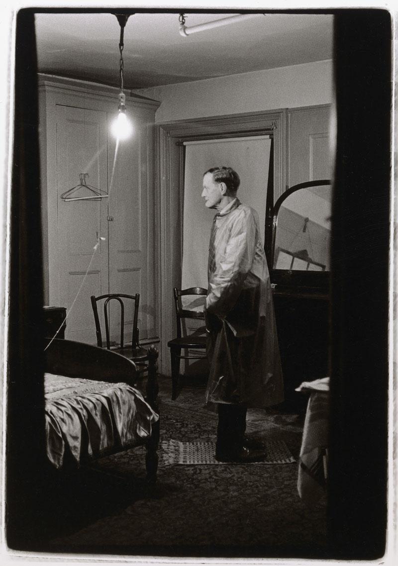 Diane Arbus-The Backwards man in his hotel room, 1961, N.Y.C.
