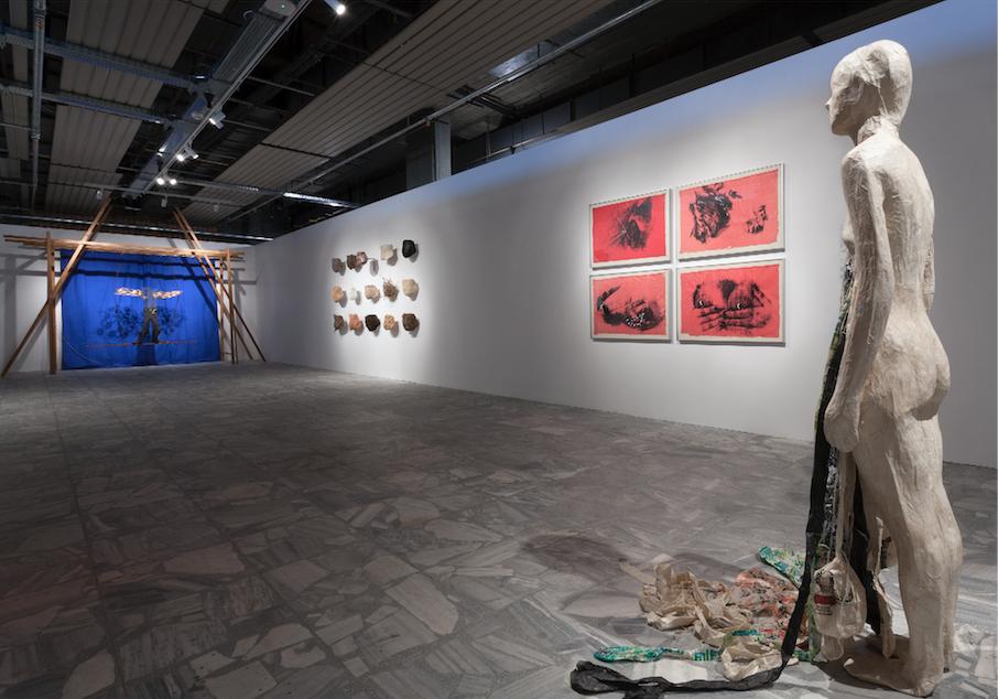 Βλάσης Κανιάρης The Big Swing (Η μεγάλη κούνια), 1974 Μικτή τεχνική 330 x 410 x 150 εκ. Installation view ©NikosMarkou & Αλίκη Παλάσκα Breathing Space, 2015 Μικτή τεχνική Διαστάσεις μεταβλητές Έργo κατ' ανάθεση του Πολιτιστικού και Αναπτυξιακού Οργανισμού κοινής ωφέλειας ΝΕΟΝ Δ.Δασκαλόπουλος Installation view ©NikosMarkou & Kiki Smith Untitled (Pink Bosoms), 1990-92, χρονολογούμενο το 1990 Σετ από 4 μεταξοτυπίες με gouache σε χαρτί Έκδοση 7/16 24 × 32.3 x 1.5 εκ. Installation view ©NikosMarkou & Kiki Smith Untitled, 1992 Γραφίτης, σε μεθυλοκυτταρίνη με χαρτί Νεπάλ 160 x 47 x 138 εκ. Installation view ©NikosMarkou