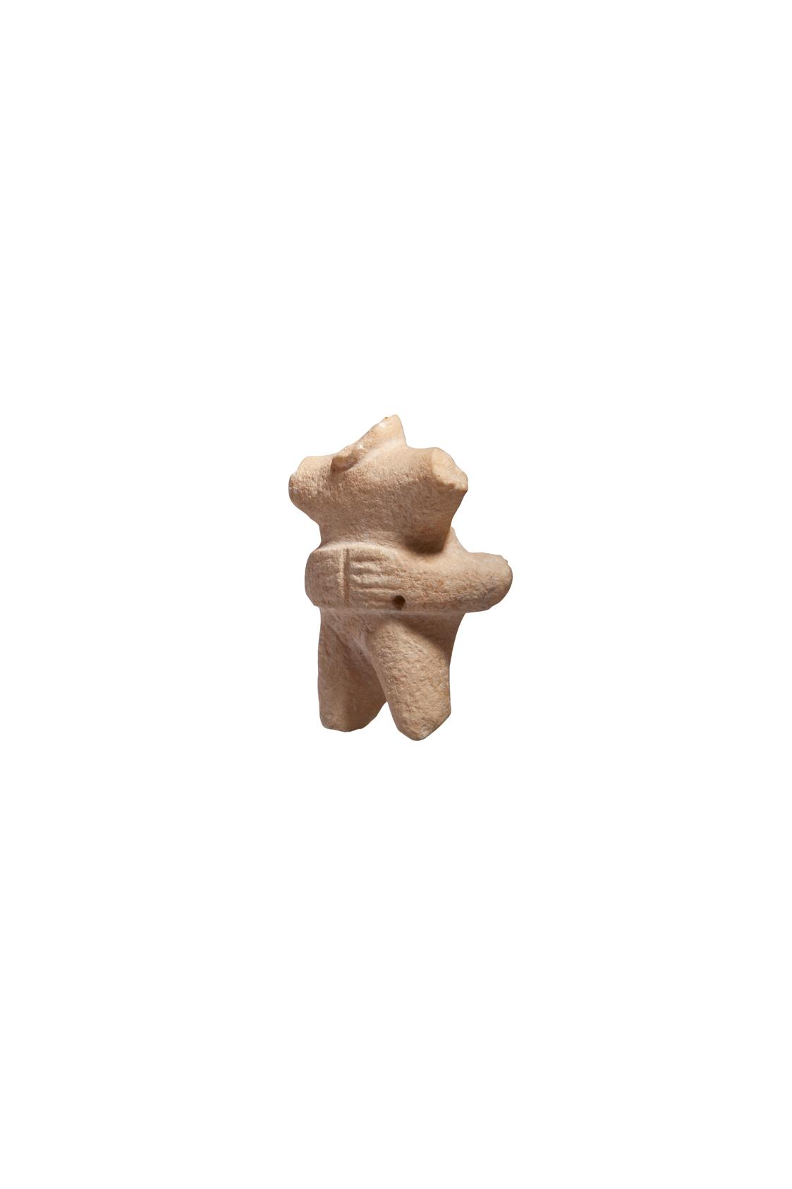 Θραύσμα μαρμάρινου συμπλέγματος μορφών, που ερμηνεύεται ως «Μητέρα και παιδί». Η μεγαλύτερη μορφή, πιθανώς γυναικεία και καθιστή, κρατούσε όρθια μπροστά στο στήθος τη μικρή. (περ. 2800-2700 π.Χ.) Αθήνα, Μουσείο Κυκλαδικής Τέχνης, ΝΓ 968. Photo © Μουσείο Κυκλαδικής Τέχνης/Ειρ. Μίαρη