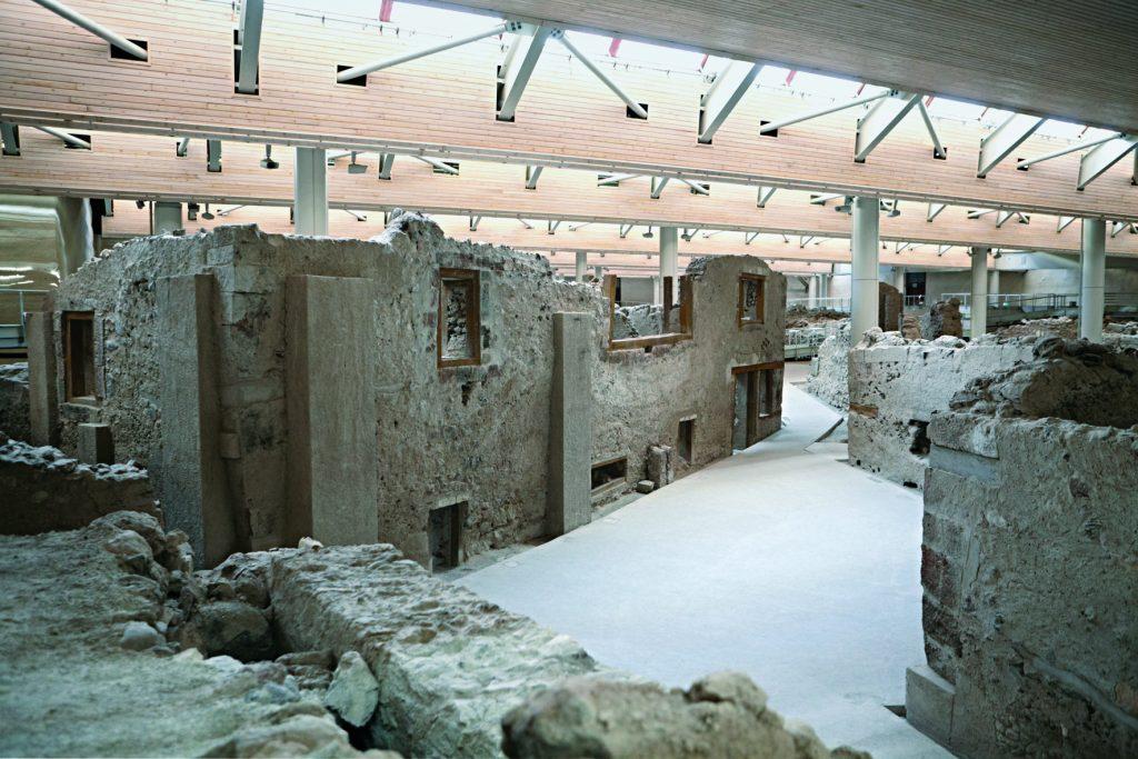Απόψεις του αρχαιολογικού χώρου του Ακρωτηρίου.