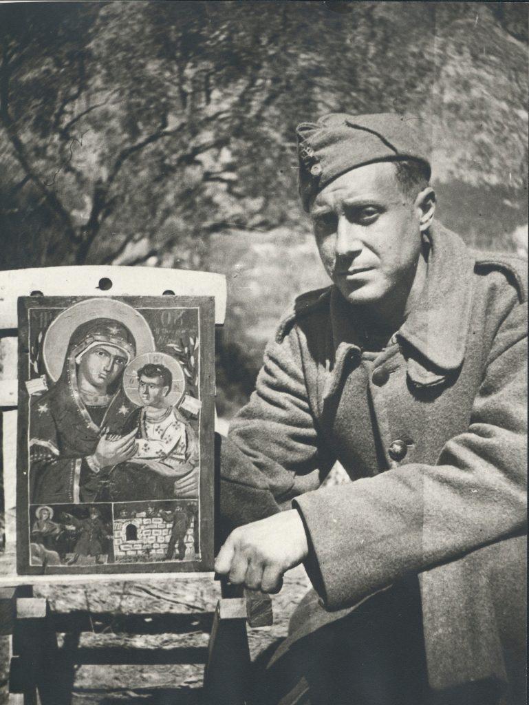 Ο Γιάννης Τσαρούχης με την εικόνα που ζωγράφισε, 1940-41