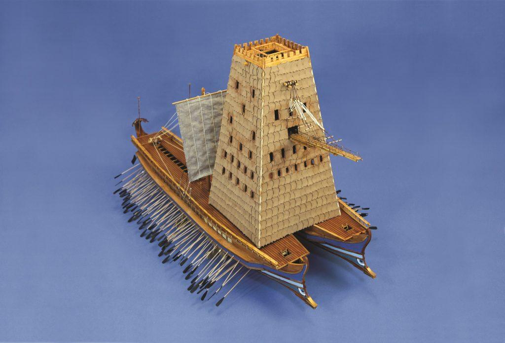 Δυο πεντήρεις με πολιορκητική Ελέπολις: Την Ελληνιστική εποχή οι πολεμικές τακτικές εξελίσσονται και γιγάντιες πολιορκητικές μηχανές κατασκευάζονται. Μια από αυτές είναι η Ελέπολις, πολιορκητικός πύργος 40 περίπου μέτρων. Οι αλλαγές στην πολεμική τέχνη στη θάλασσα οδηγούν και στις περιπτώσεις ναυπήγησης πλοίων με δυο πλοία ενωμένα μεταξύ τους, δηλαδή με διπλή πλώρη και πρύμνη. Στα ευρύτερα καταστρώματα των πολυήρων πέρα από στρατιώτες, δύνανατι να μεταφέρονται και πολιορκητικές μηχανές για την πολιορκία παράκτιων τειχών.