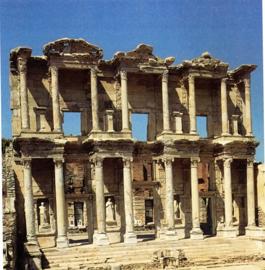 H αναστηλωμένη πρόσοψη της Βιβλιοθήκης του Κέλσου στην Έφεσο