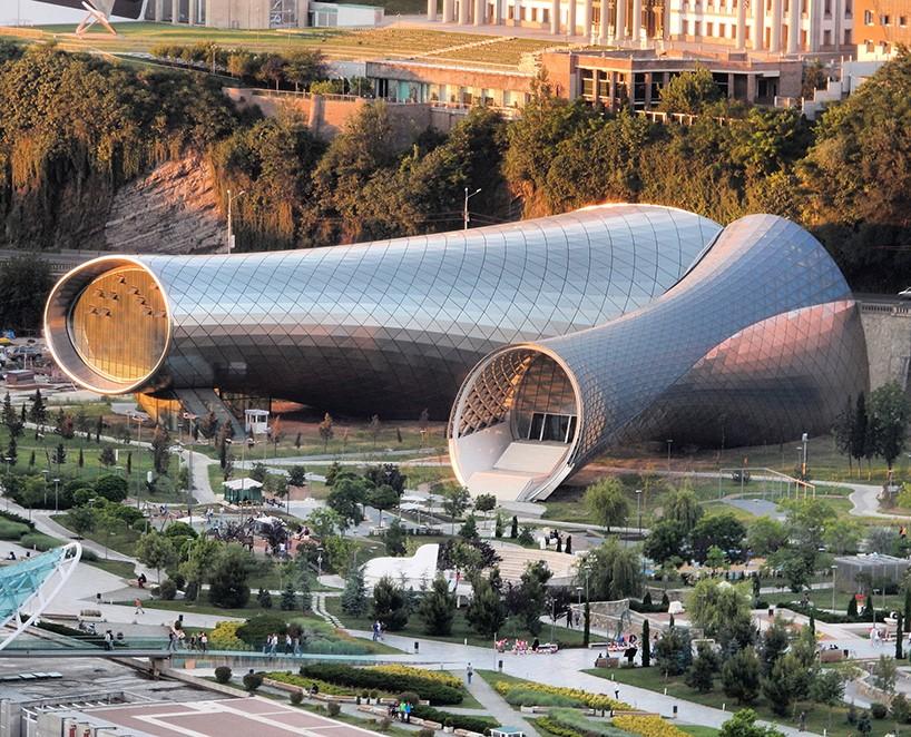 To μουσικό θέατρο και ο εκθεσιακός χώρος στην Τιφλίδα της Γεωργίας έγινε από το αρχιτεκτονικό γραφείο Fuksas Architecture Studio, μια κατασκευή με σωληνοειδή δομή, που χαρακτηρίζεται σαν περισκόπιο της πόλης.