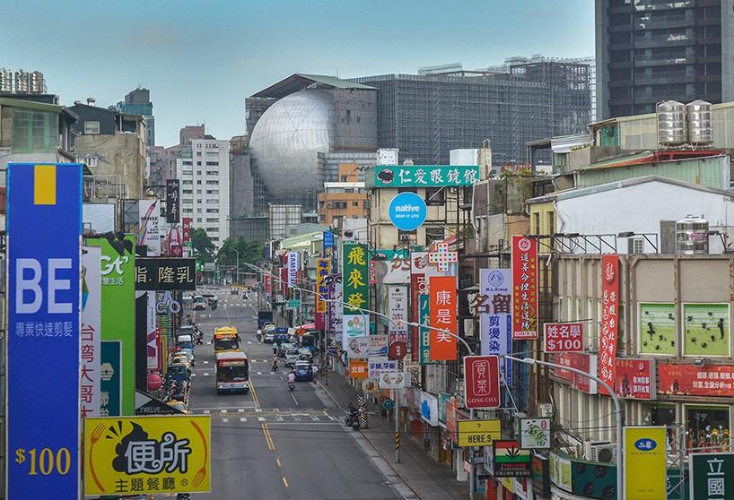 Σχεδιασμένο από το γραφείο του Κούλχας, το ΟΜΑ, το κέντρο θεάματος στη Ταϊπέι, της Ταϊβάν, μοιάζει φουτουριστικό μέσα στα κτίρια που το περιβάλλουν. Είναι ένα πολυμορφικό θέατρο 800 θέσεων και συνδέεται με ένα άλλο θέατρο σε σχήμα κύβου χωρητικότητας 1.500 θέσεων. Μια επέκταση κάτω από το κτίριο, δημιουργεί μια κοινόχρηστη πλατεία για τις δημόσιες δραστηριότητες.