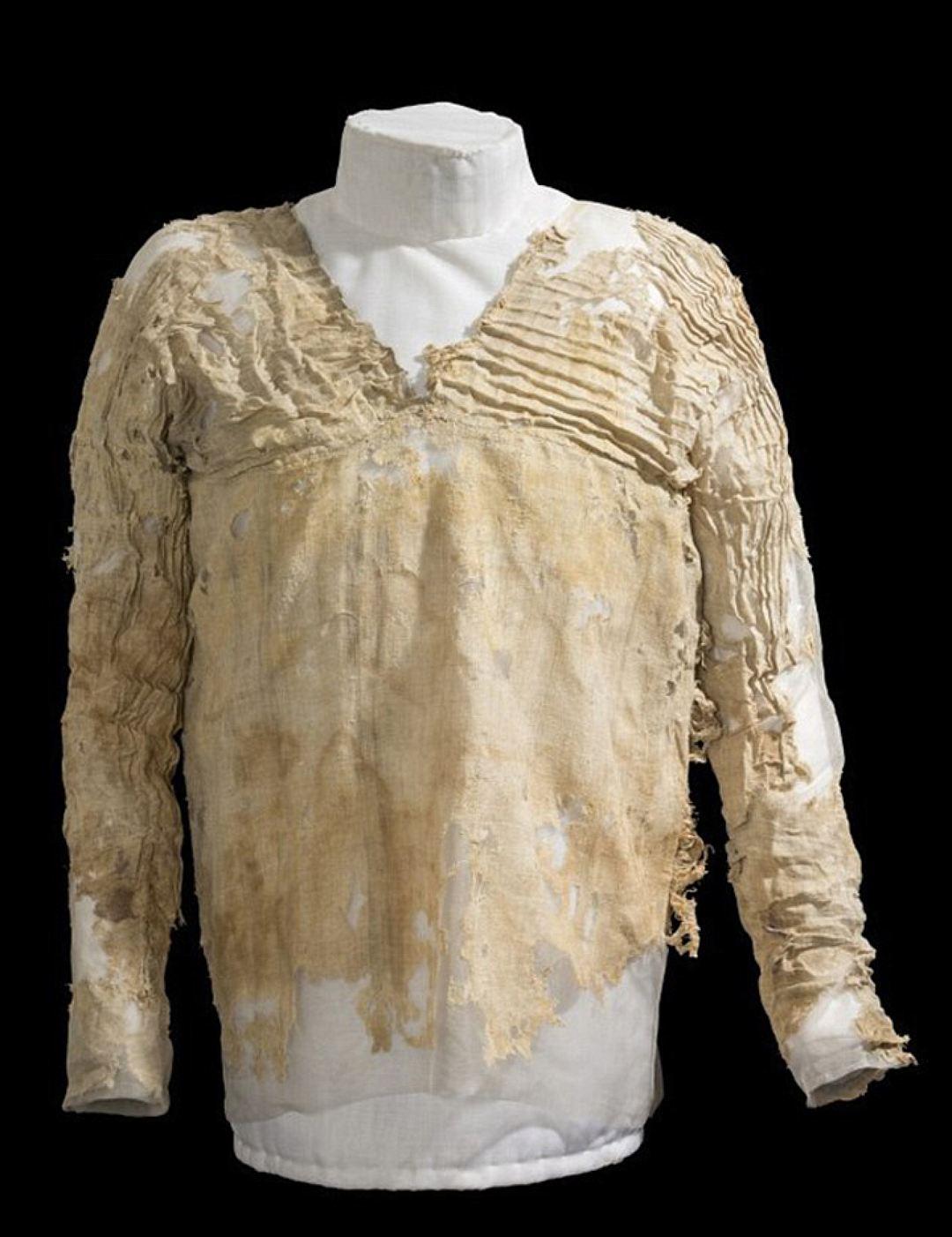 Το αρχαιότερο υφαντό: Το ένδυμα της Ταρκχάν στην Αίγυπτο. Χρονολογήθηκε ανάμεσα στο 3482 και 3103π.Χ.