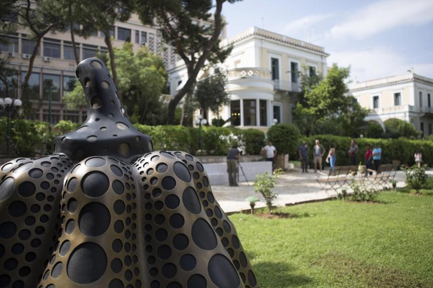 Από την έκθεση Terrapolis: η κολοκύθα της Κουσάμα στους κήπους της Γαλλικής Αρχαιολογικής Σχολής. φωτ: Ν. Τσουκαλά