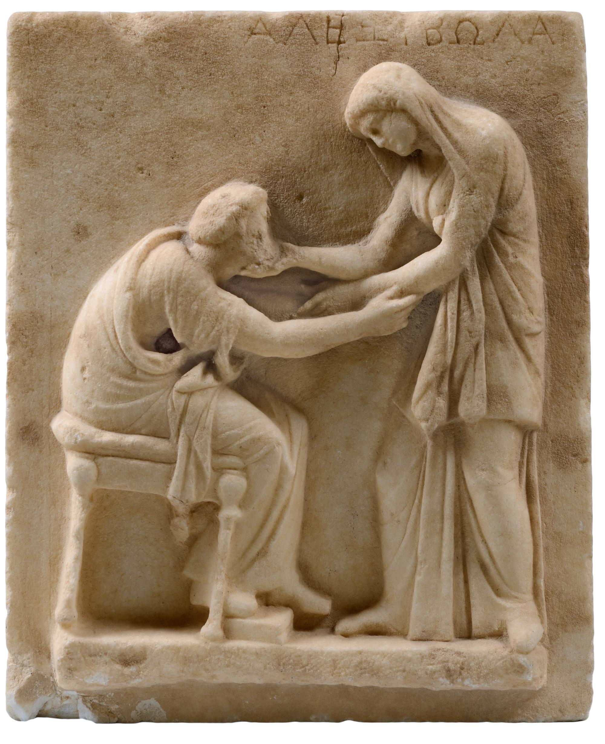 Επιτύμβια στήλη, μάρμαρο, αρχές 3ου αιώνα π.Χ., από το Νεκροταφείο της Αρχαίας Θήρας. Αρχαιολογικό Μουσείο Θήρας, 321, © Υπουργείο Πολιτισμού και Αθλητισμού-Ταμείο Αρχαιολογικών Πόρων. Φωτογραφία Κώστας Ξενικάκης