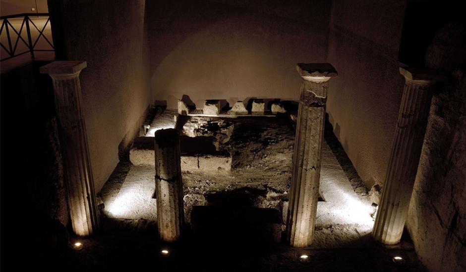 Ο τάφος με τους ελεύθερους κίονες