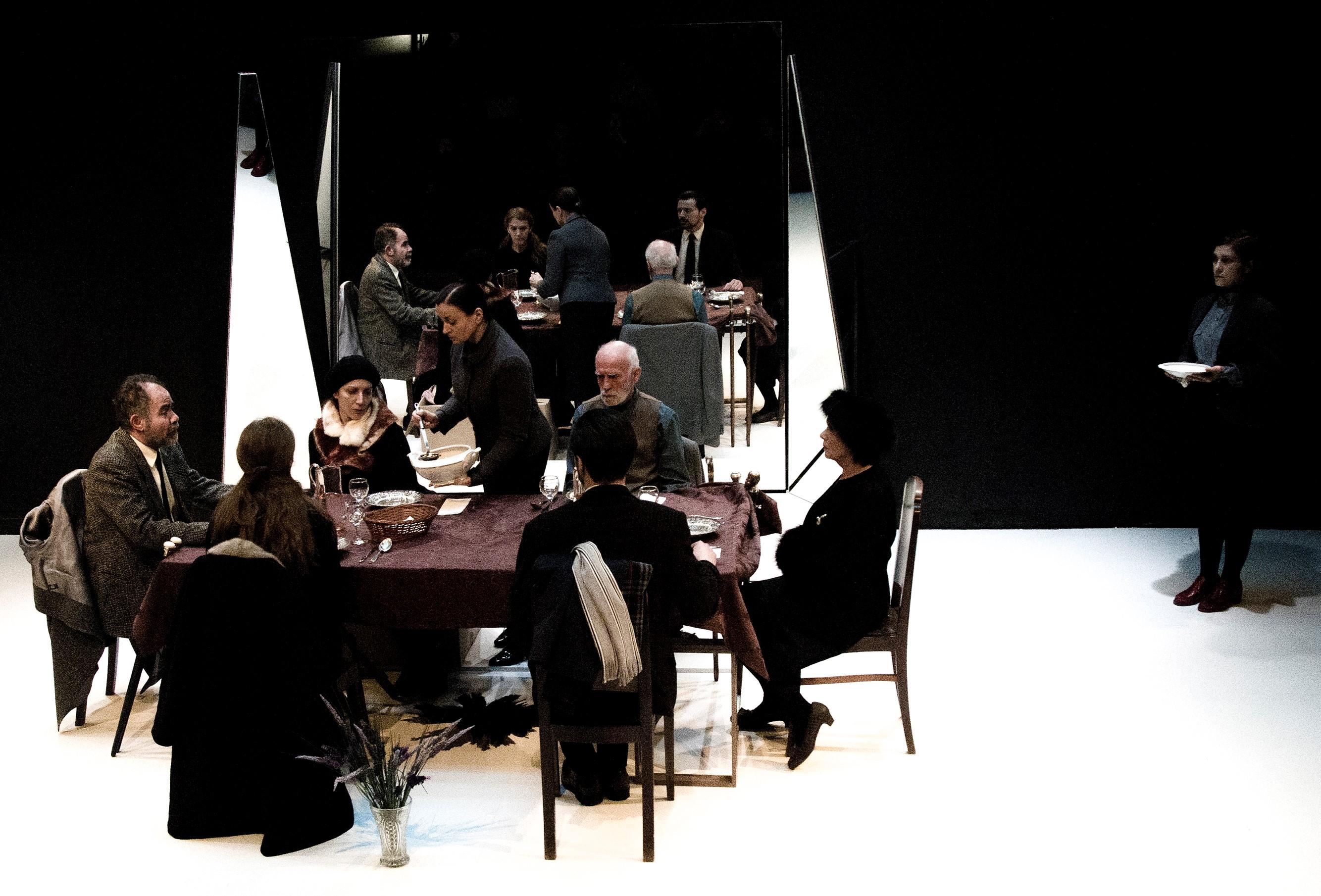«Πλατεία Ηρώων», σε σκηνοθεσία Δημήτρη Καραντζά