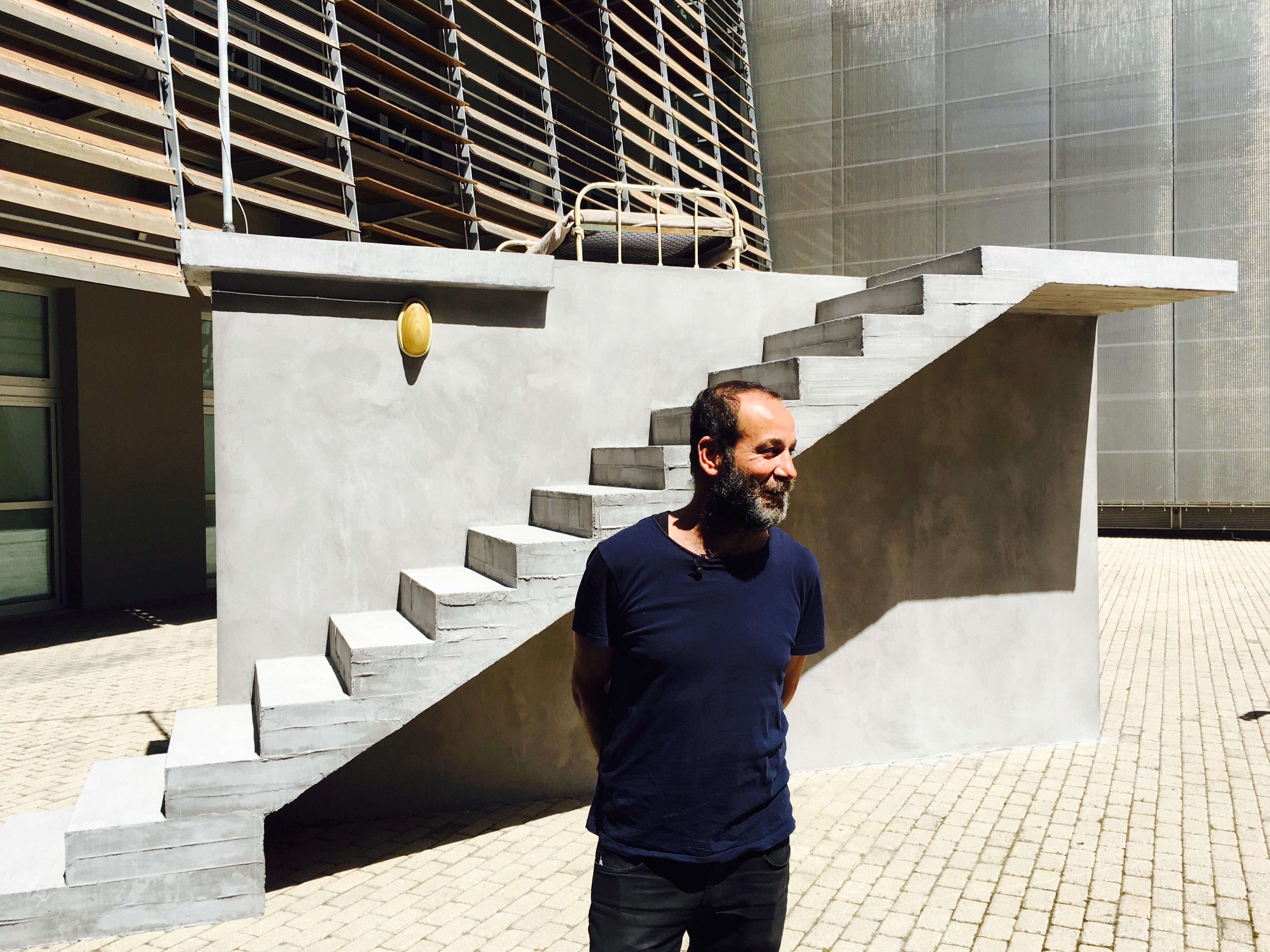Στο αίθριο του μουσείου Μπενάκη, ο Hiwa K και το έργο του Γκαρσονιέρα (2017)