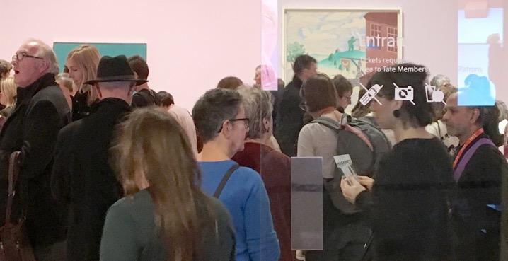 Η είσοδος στην έκθεση «Ντέιβιντ Χόκνεϋ» στην Τέιτ Μπρίταν, Λονδίνο