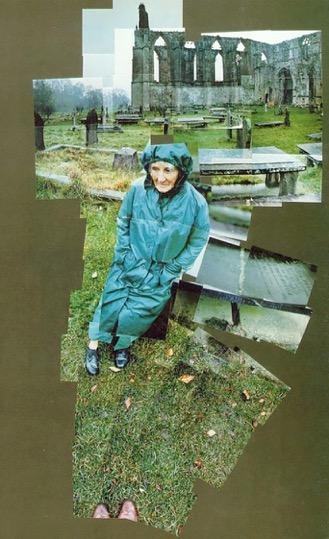 Ντέιβιντ Χόκνεϋ (Αγγλία, γ. 1937). Η Μητέρα μου, Αββαείο του Μπόλτον, Γιορκσάιρ, Νοέμβριος 1982. Φωτογραφικό κολάζ (121x70). Τέιτ Γκάλερυ