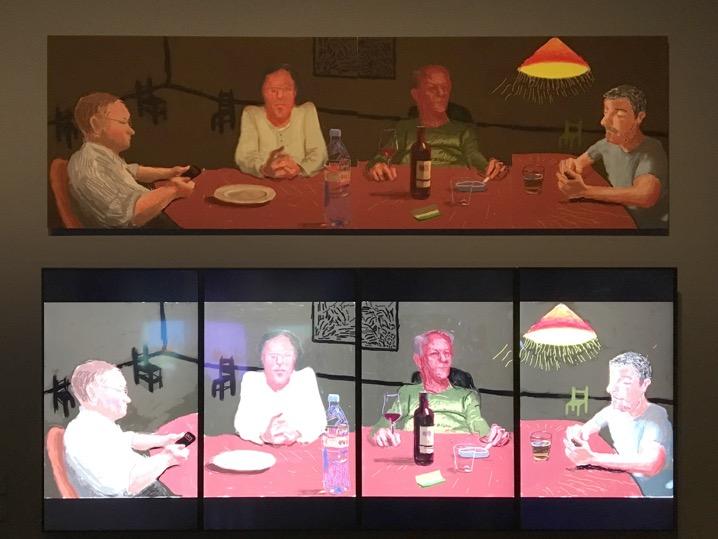 Τελευταία αίθουσα της έκθεσης «Ντέιβιντ Χόκνεϋ» στην Τέιτ Μπρίταν, Λονδίνο. Ο Δείπνος, 2016. 4 iPad σχέδια που συναποτελούν ένα έργο τέχνης, τυπωμένο σε χαρτί, τοποθετημένο σε Dibond (91x91x274). Επιλογή Σχεδίων του iPhone, 2009-2011.