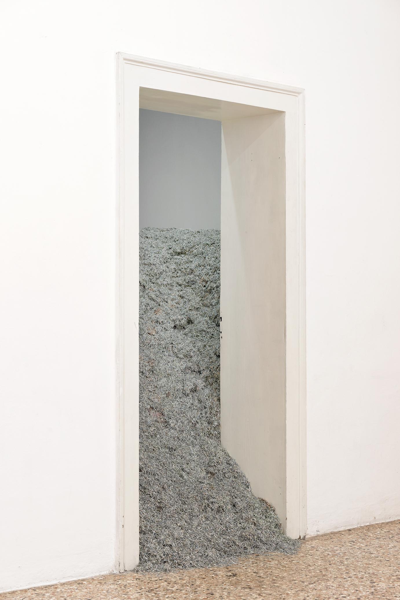 Χριστόδουλος Παναγιώτου, 2008, 2008 Κομμένο χαρτί (Κυπριακές λίρες) Μεταβλητές διαστάσεις Ευγενική παραχώρηση του Centre Pompidou, Παρίσι Φωτο: Aurelien Mole