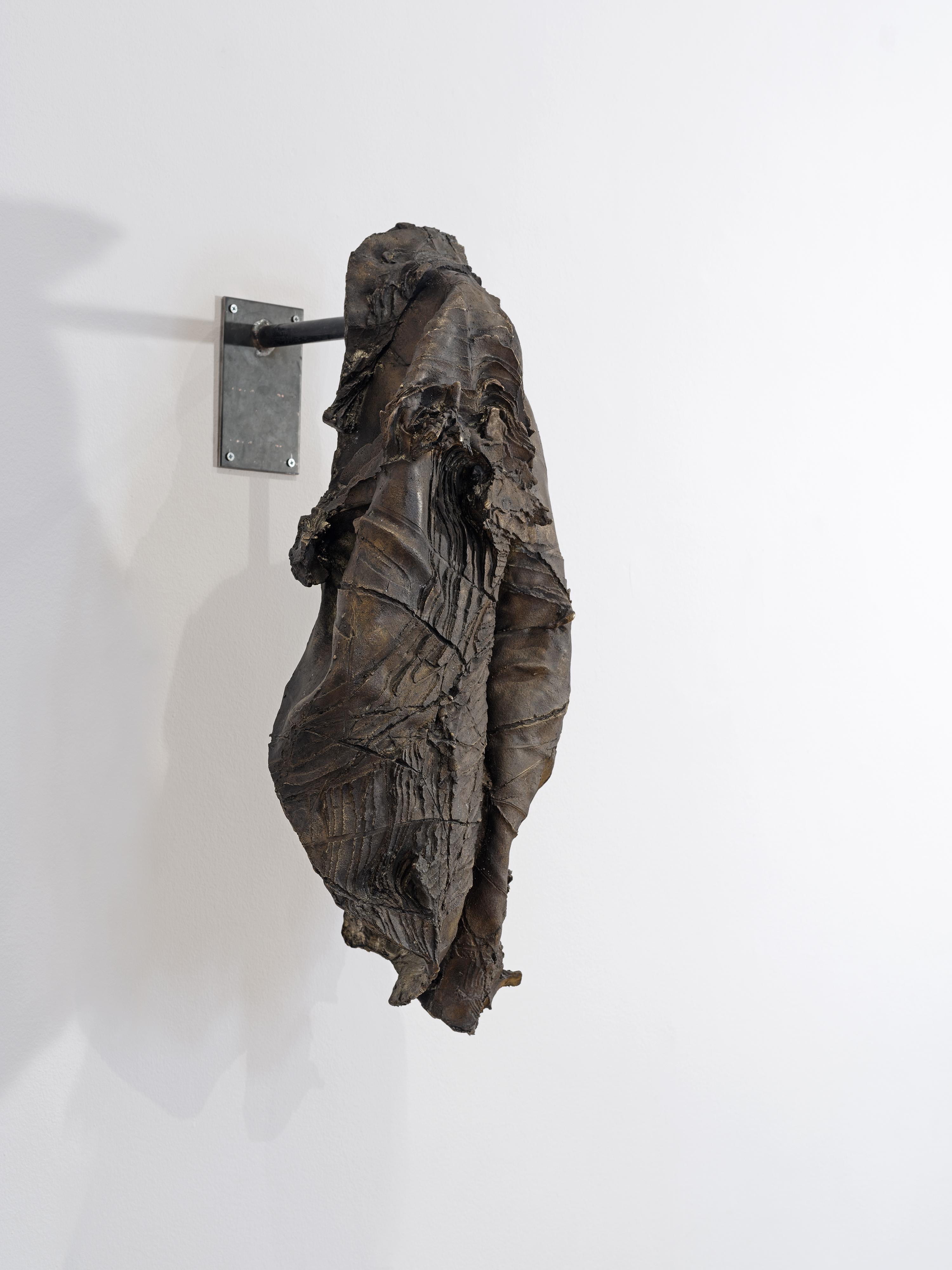 Κώστας Σαχπάζης, Digging the coat, 2016 Μπρούντζος, σίδηρος 90 x 50 x 45 εκ.