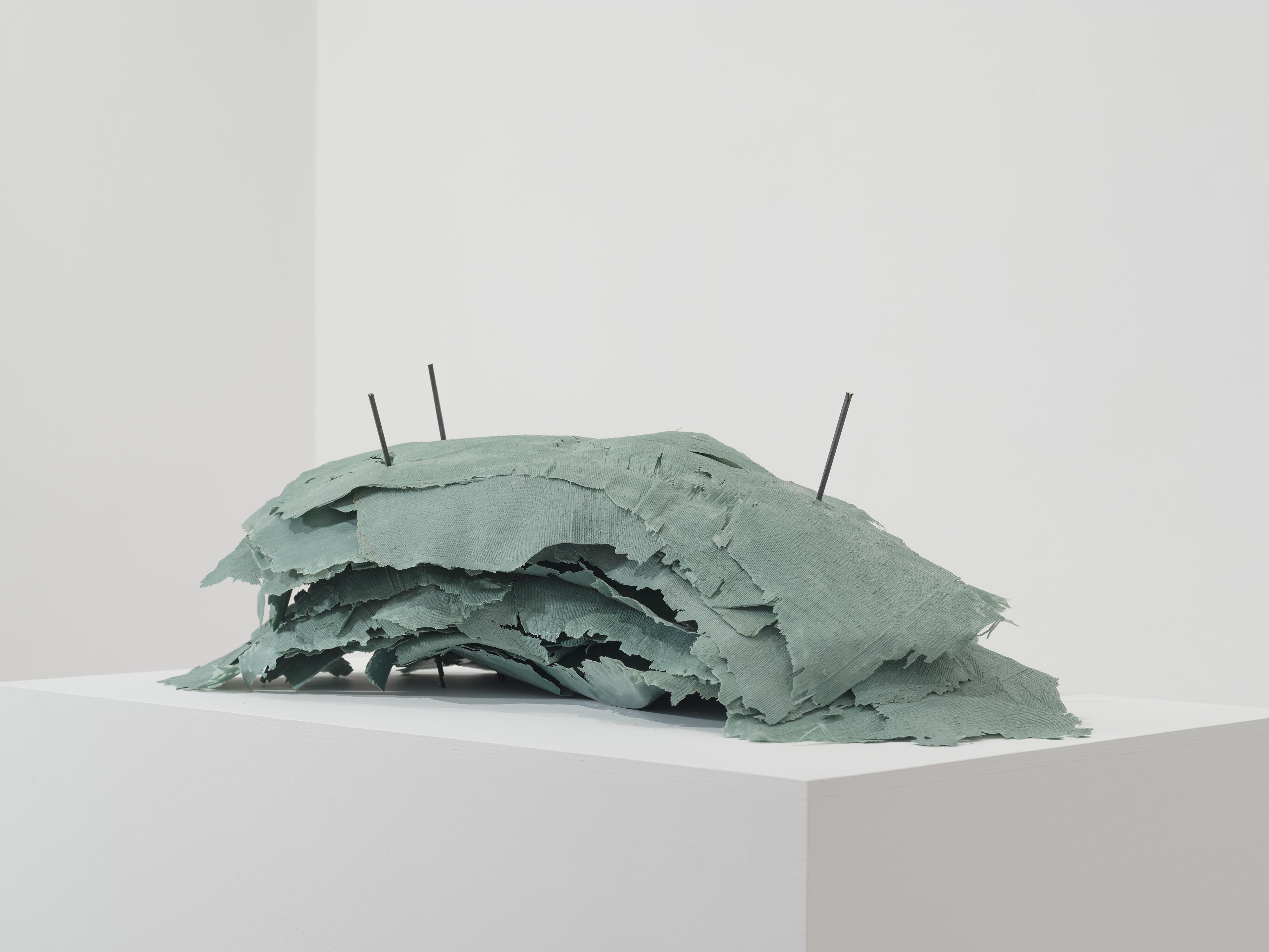 Κώστας Σαχπάζης, Of Item's free will, 2016 Ρητίνη, μπρούντζος, πλαστικό 30 x 85 x 60 εκ