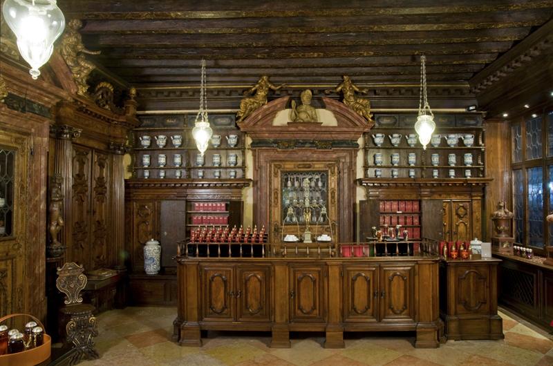 "The merchant of Venice. Με όνομα κατευθείαν από το έργο του Σαίξπηρ, ο ""Έμπορος της Βενετίας"" στην πλατεία Φενίτσε, ένα φαρμακείο από τον 17ο αιώνα, ατόφιο και ακμάζον μέχρι σήμερα."