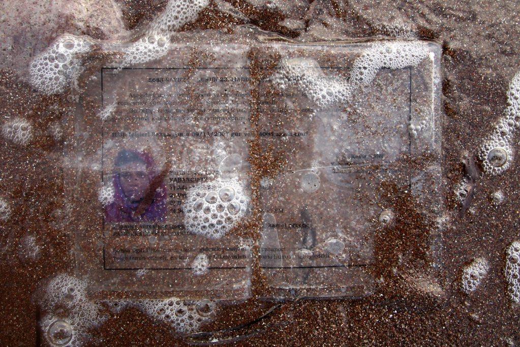 Γιώργος Μουτάφης. Χαμένο ντοκουμέντο από Σομαλή πρόσφυγα, ακτή Φερόγια, Λέσβος. 17 Αυγούστου 2008