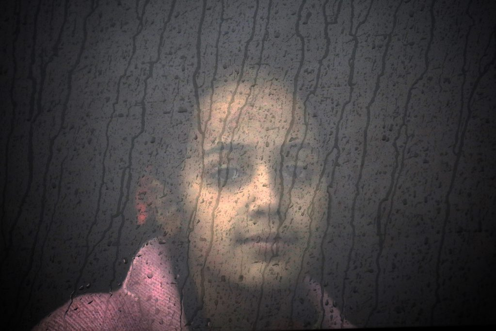 Γιάννης Μπεχράκης -Reuters. Κορίτσι πρόσφυγας από τη Συρία στο παράθυρο λεωφορείου, σε προσωρινό καταυλισμό καταγραφής στη διάρκεια καταιγίδας στη Λέσβο. 21 Οκτωβρίου 2015