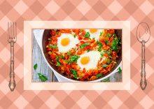 Αυγά ποσαρισμένα με ντομάτα και κόκκινη πιπεριά