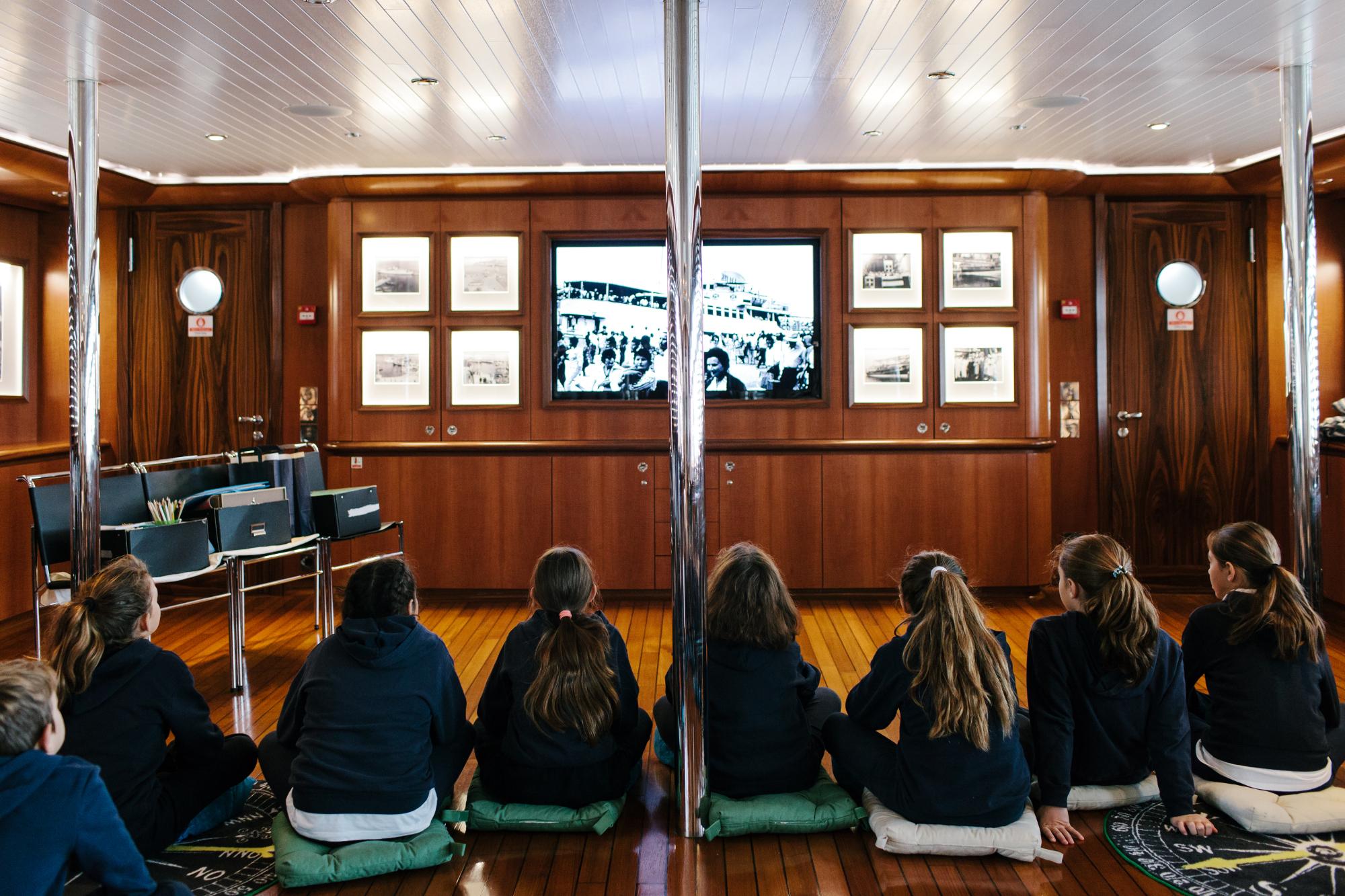 Μαθητές δημοτικού σχολείου κατά τη διάρκεια εκπαιδευτικού προγράμματος στο Πλωτό Μουσείο Νεράιδα (Φωτο: Π. Ταβιτιάν)