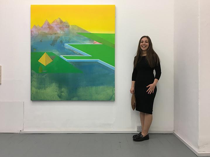 Η Σοφία Μητσώλα με το έργο της στη Γκαλερί Τσάλτον, Λονδίνο, 30 Μαΐου 2017.