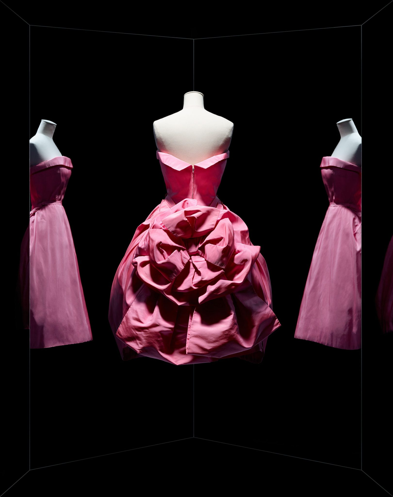 Christian Dior, robe Opéra bouffe, haute couture automne-hiver 1956, ligne Aimant Robe du soir en faille de soie d'Abraham. Paris, Dior héritage. © Photo Les Arts Décoratifs / Nicholas Alan Cope